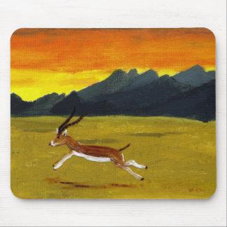 Arte de la fauna del Gazelle de la puesta del sol Tapetes De Raton