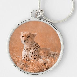 Arte de la fauna del guepardo y del cachorro llavero redondo plateado