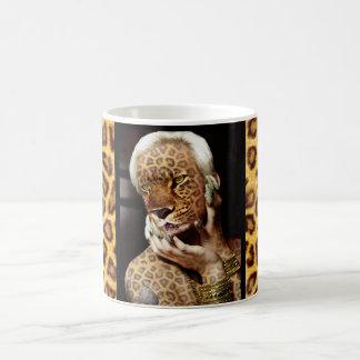 Arte de la foto de la mujer del leopardo taza básica blanca