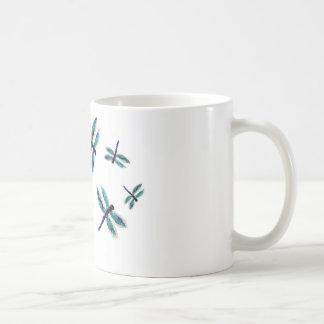 Arte de la libélula del baile taza básica blanca