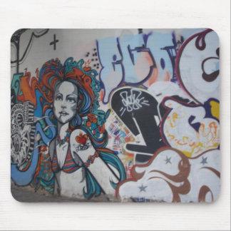 ¡Arte de la pintada con actitud Alfombrilla De Raton