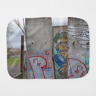 Arte de la pintada del muro de Berlín Paños Para Bebé
