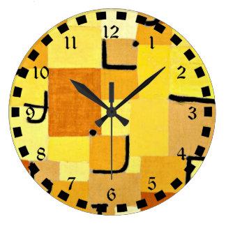 Arte de Paul Klee: Caracteres en amarillo Reloj Redondo Grande