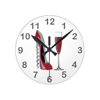 Arte del estilete rojo del sacacorchos y del vino  reloj redondo mediano