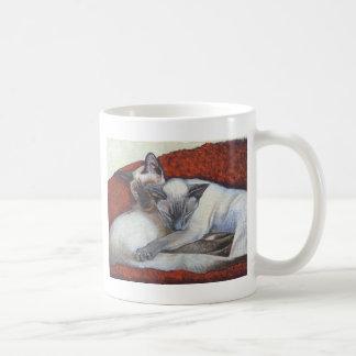 Arte del gato siamés el dormir taza clásica