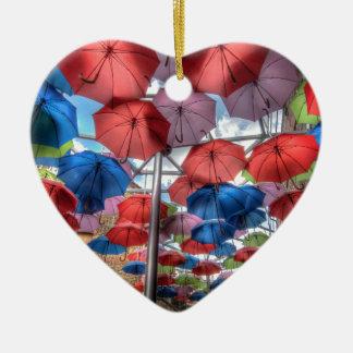 Arte del paraguas del mercado de la ciudad, adorno navideño de cerámica en forma de corazón