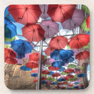 Arte del paraguas del mercado de la ciudad, posavasos