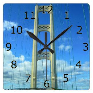 Arte del puente de Mackinac con números Reloj Cuadrado
