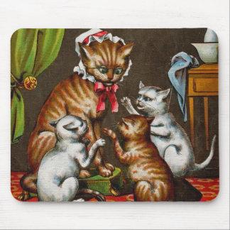 Arte del vintage Gato de la mama con los gatitos Alfombrilla De Ratones
