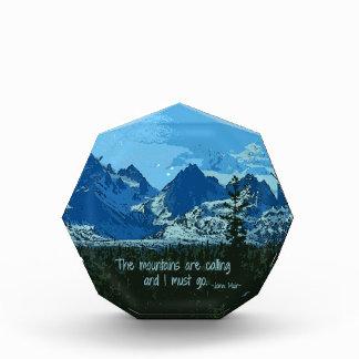 Arte digital de los picos de montaña - cita de Joh