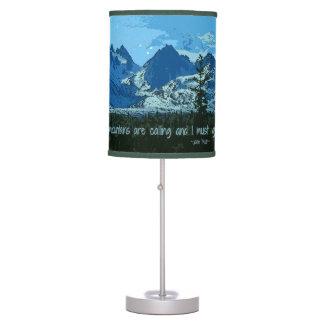 Arte digital de los picos de montaña - cita de lámpara de mesilla de noche