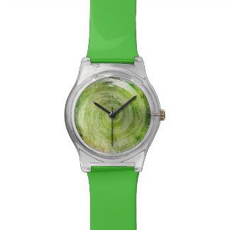 Arte hipnótico verde descolorado del remolino relojes de pulsera
