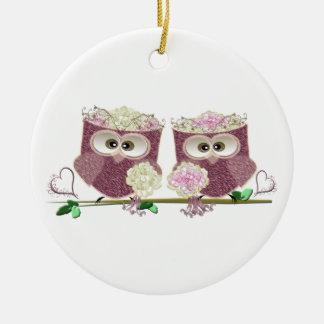 Arte lindo de dos de las novias búhos del boda adorno navideño redondo de cerámica