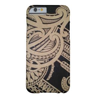 Arte maorí del tatuaje en la madera funda de iPhone 6 barely there