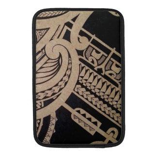 Arte maorí del tatuaje en la madera fundas para macbook air