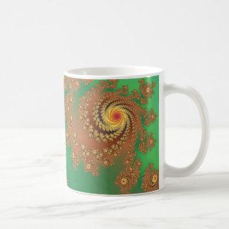 Arte maravilloso del fractal del verde y del oro taza