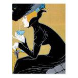 Arte Nouveau, mujer del vintage que bebe el té de