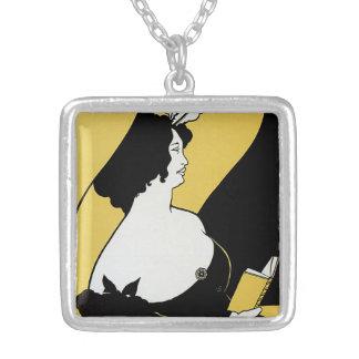 Arte Nouveau, mujer del vintage que lee un libro Collar Plateado