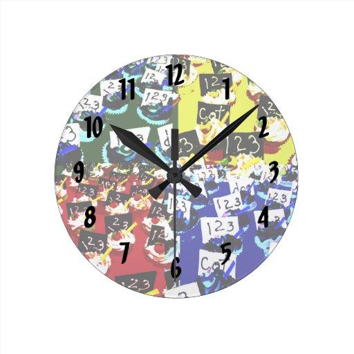 Arte pop de la repetición de la magdalena del prof relojes de pared