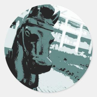 Arte pop del poste que engancha del caballo pegatina redonda