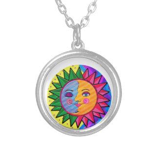Arte popular del sol colorido collar plateado