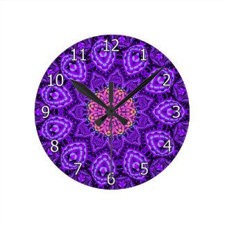 Arte púrpura adornado del caleidoscopio de las reloj redondo mediano