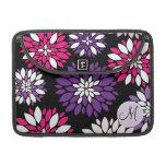 Arte rosado púrpura de la flor blanca del monogram funda para macbooks