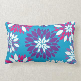 Arte rosado púrpura de la flor blanca en azul almohadas