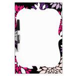 Arte rosado púrpura de la flor blanca en negro pizarras blancas