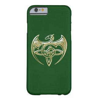 Arte trino de los nudos del Celtic del oro y del Funda De iPhone 6 Barely There