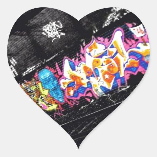 arte urbano de la calle de la pintada negro y pegatina en forma de corazón