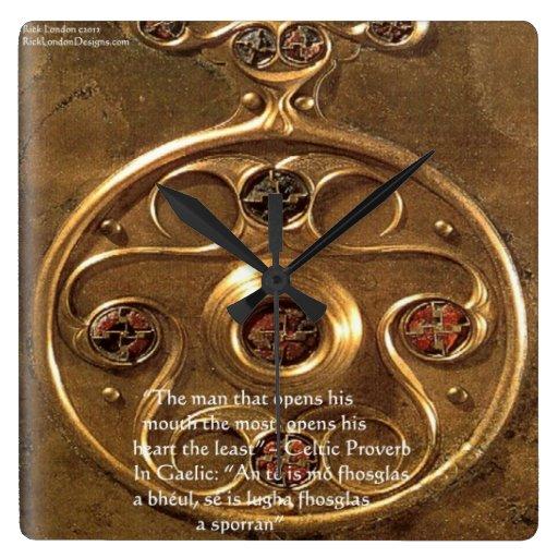 Artefacto y proverbio célticos en el reloj de