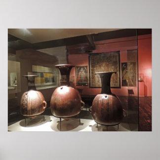 Artefactos antiguos en un museo peruano poster