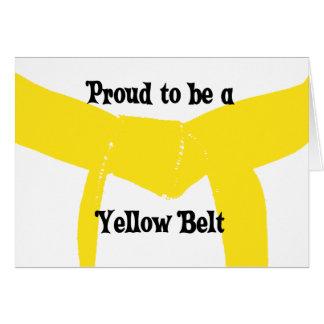 Artes marciales orgullosos ser una correa amarilla tarjeta pequeña