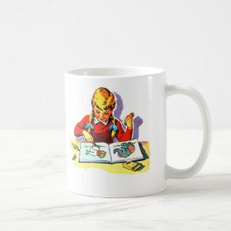 Artes y artes retros del libro de escuela del niño taza de café