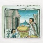 Artesanos aztecas de la pluma en el trabajo alfombrillas de ratones