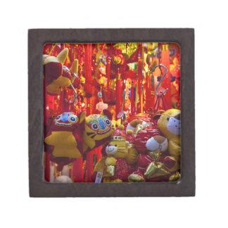 Artículos coloridos para la venta en una tienda en cajas de joyas de calidad