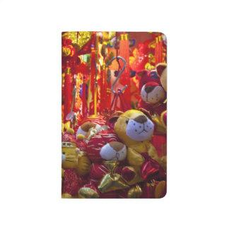 Artículos coloridos para la venta en una tienda en cuaderno