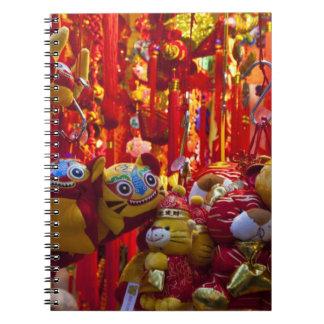Artículos coloridos para la venta en una tienda en libro de apuntes con espiral