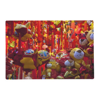 Artículos coloridos para la venta en una tienda en tapete individual