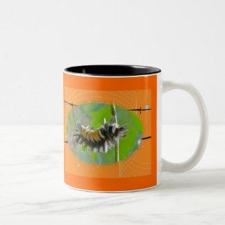 Artículos del naranja de Caterpillar de la polilla Taza Dos Tonos