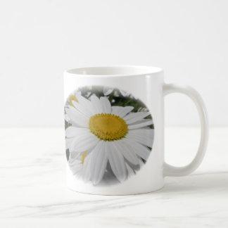 Artículos florales del Wildflower de la margarita  Taza Básica Blanca