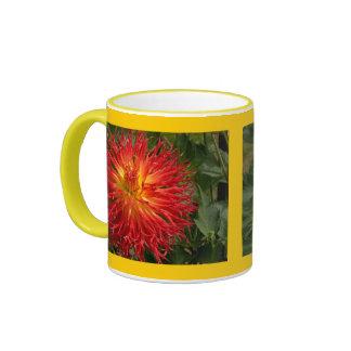 Artículos locos rojos y amarillos del múltiplo de  taza a dos colores