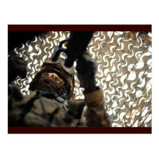 Artillero debajo del camuflaje postales