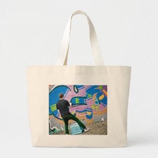 Artista de la calle que hace la materia bolsas de mano