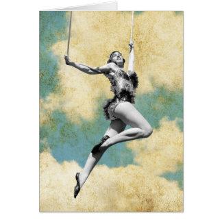 Artista de trapecio del vintage que vuela arriba tarjeta de felicitación