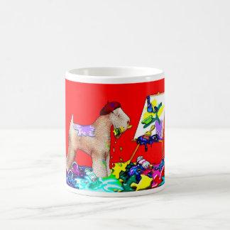 Artista de trigo de Terrier (Bkgd rojo) Tazas