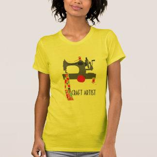 Artista del arte con la máquina de coser del tee shirt