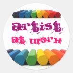 Artista en el trabajo etiqueta redonda