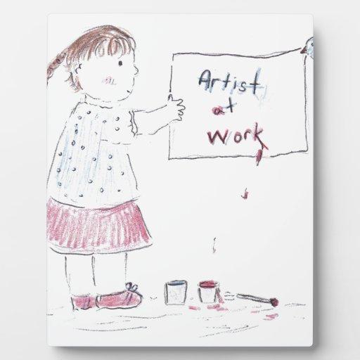 Artista en el trabajo placas con fotos